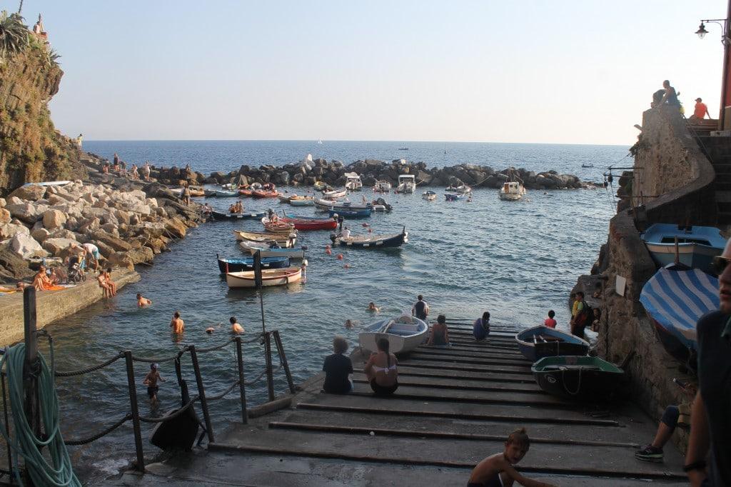 barcos em riomaggiore cinque terre na itália