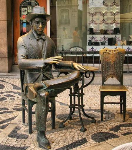 Estátua do poeta Fernando Pessoa em frente o café 'A Brasileira', em Lisboa .