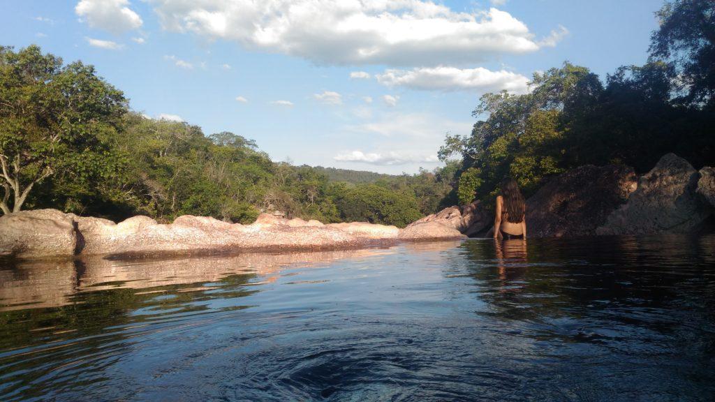 Moça em cachoeira na Chapada diamantina no Brasil