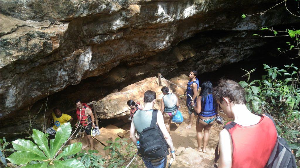 grupo de turistas na Gruta Lapa Doce