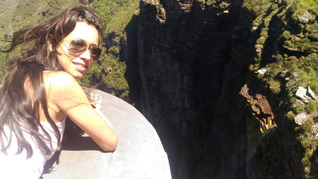 moça no alto da Cachoeira da fumaça, Chapada diamantina