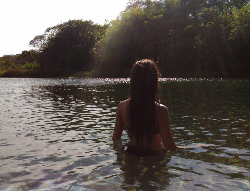 Moça na praia do pratinha, Chapada diamantina, Bahia