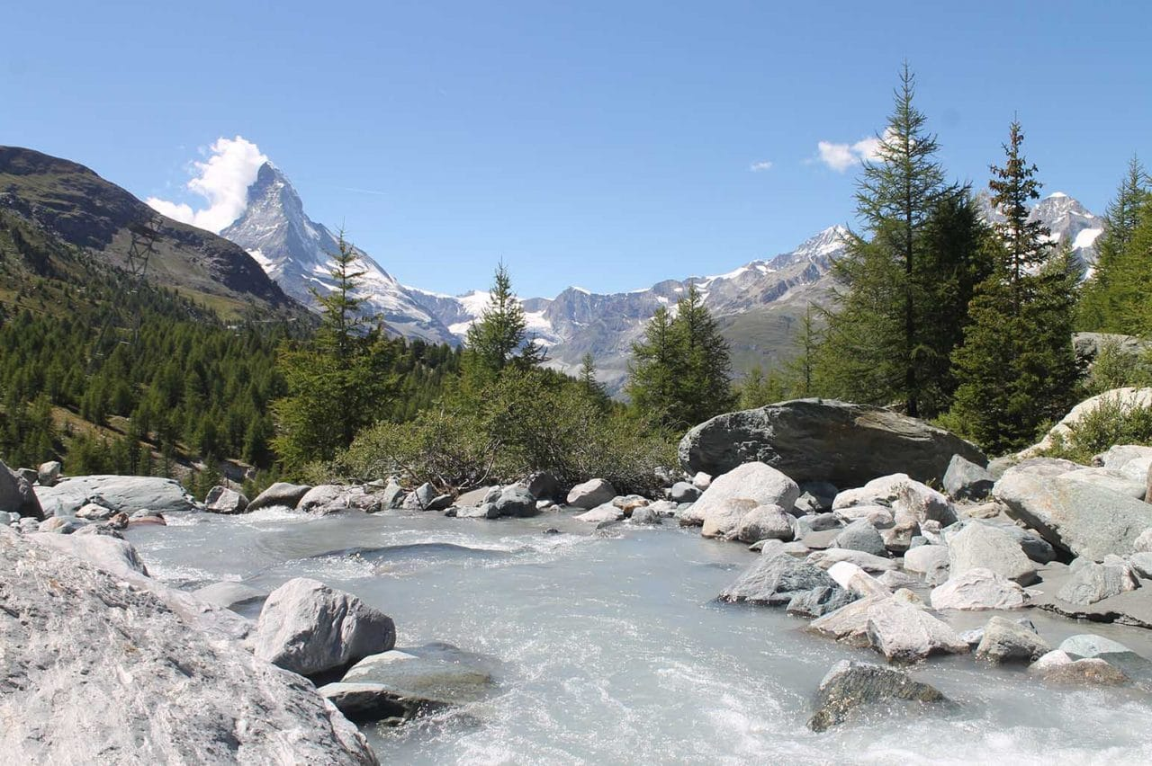 riacho no alto da montanha na suiça